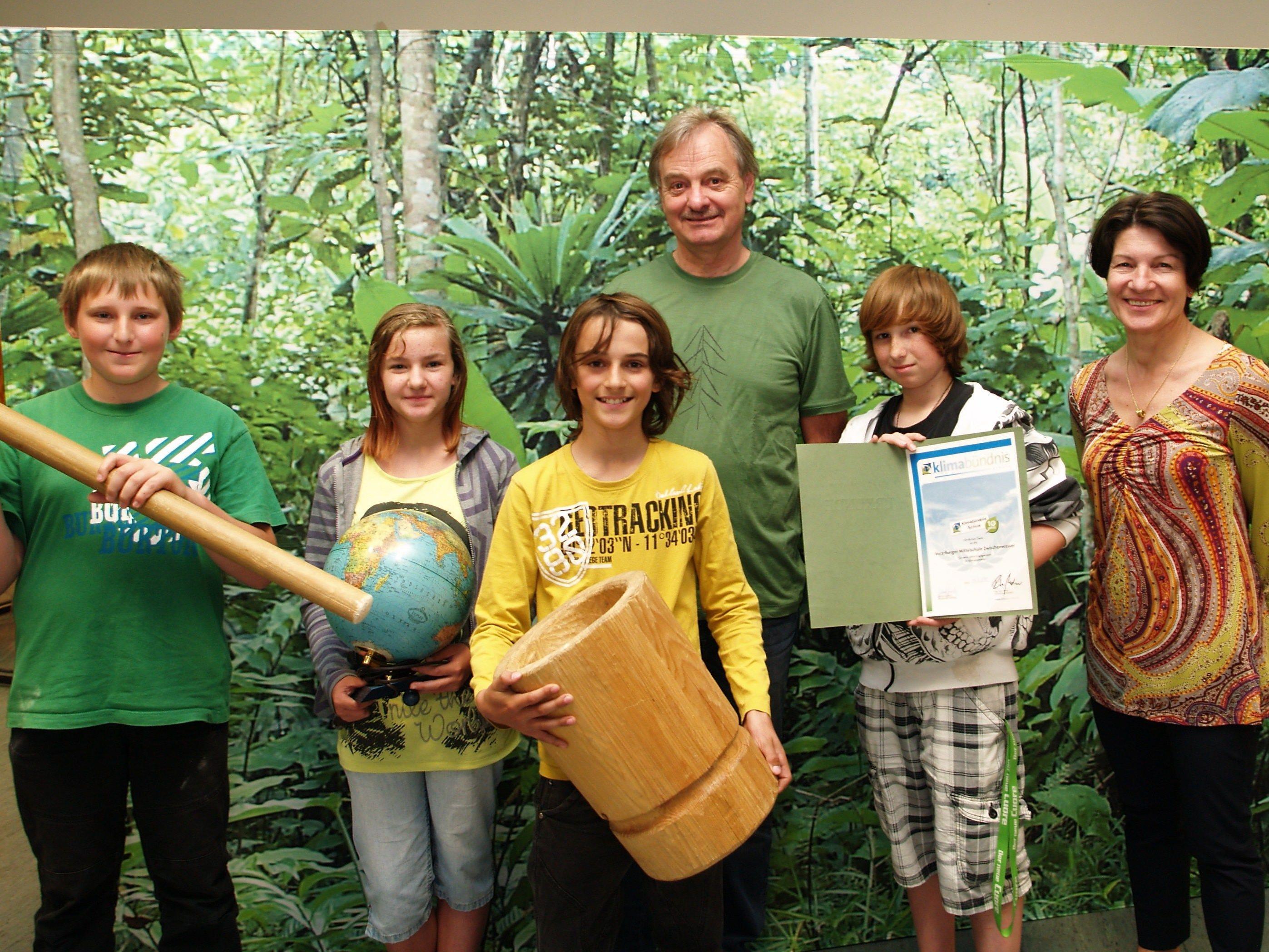 Direktorin Monika Drexel und Werner Baldauf mit einigen Schüler bei der Klimabündnisausstellung an der Mittelschule.