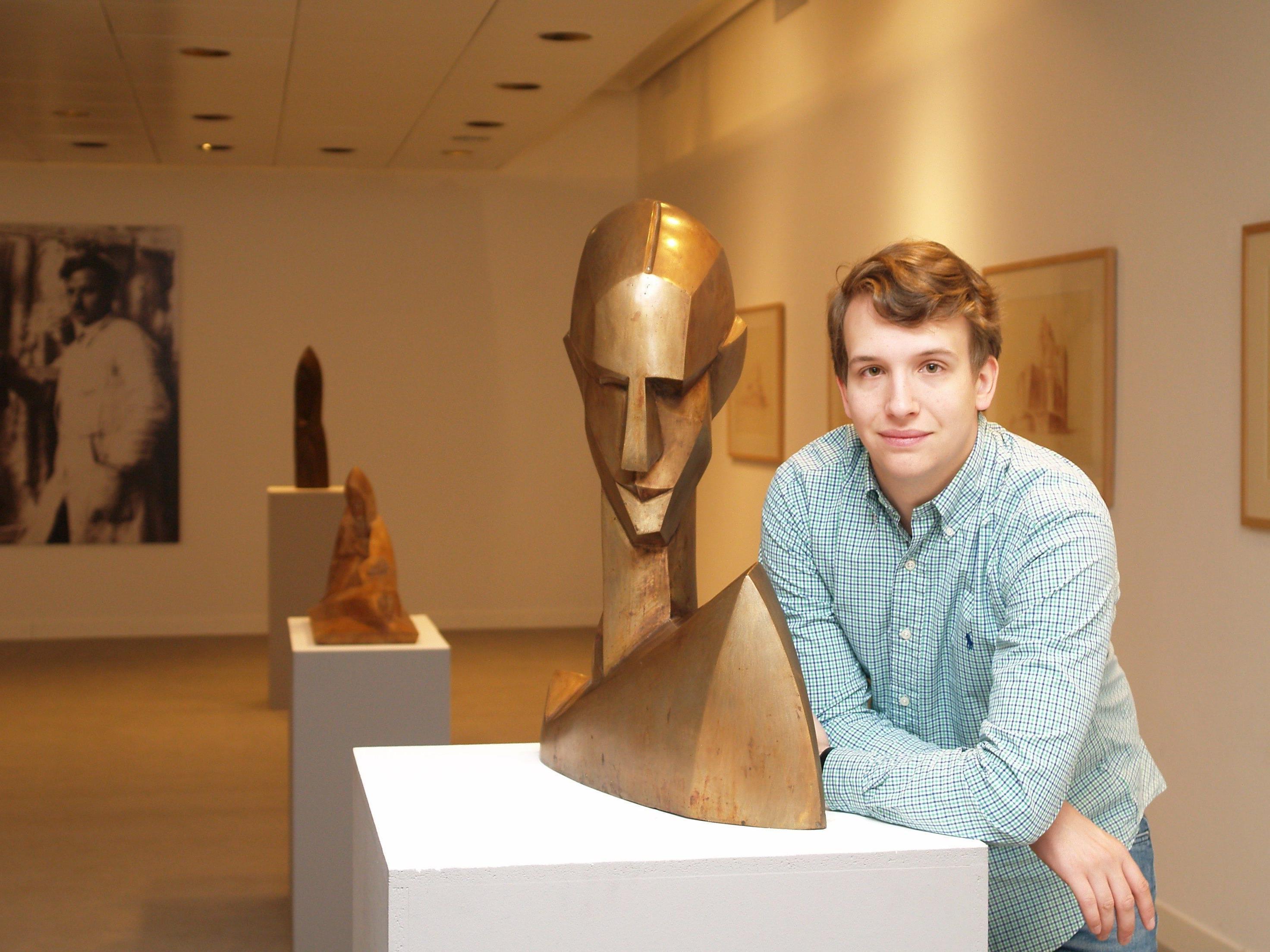 Junggalerist Maximilian Hutz präsentiert  Arbeiten des bekannten Bildhaueres Albert Bechtold.