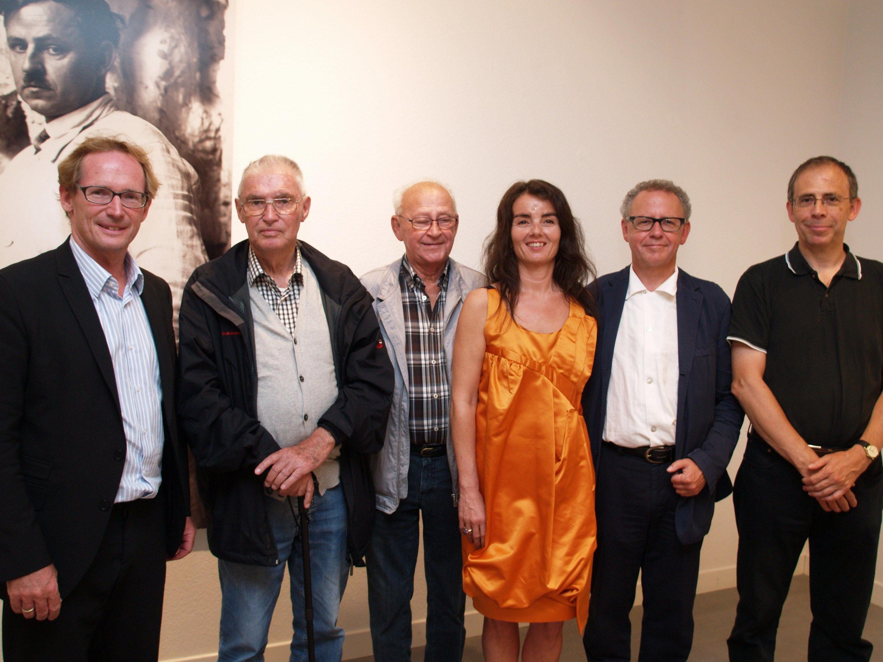 Die Kuratorin der Ausstellung Ingrid Adamer mit Guntram, Ekkehard und Thomas Bechtold, sowie Roman und Thomas Jungblut bei der Ausstellungseröffnung.