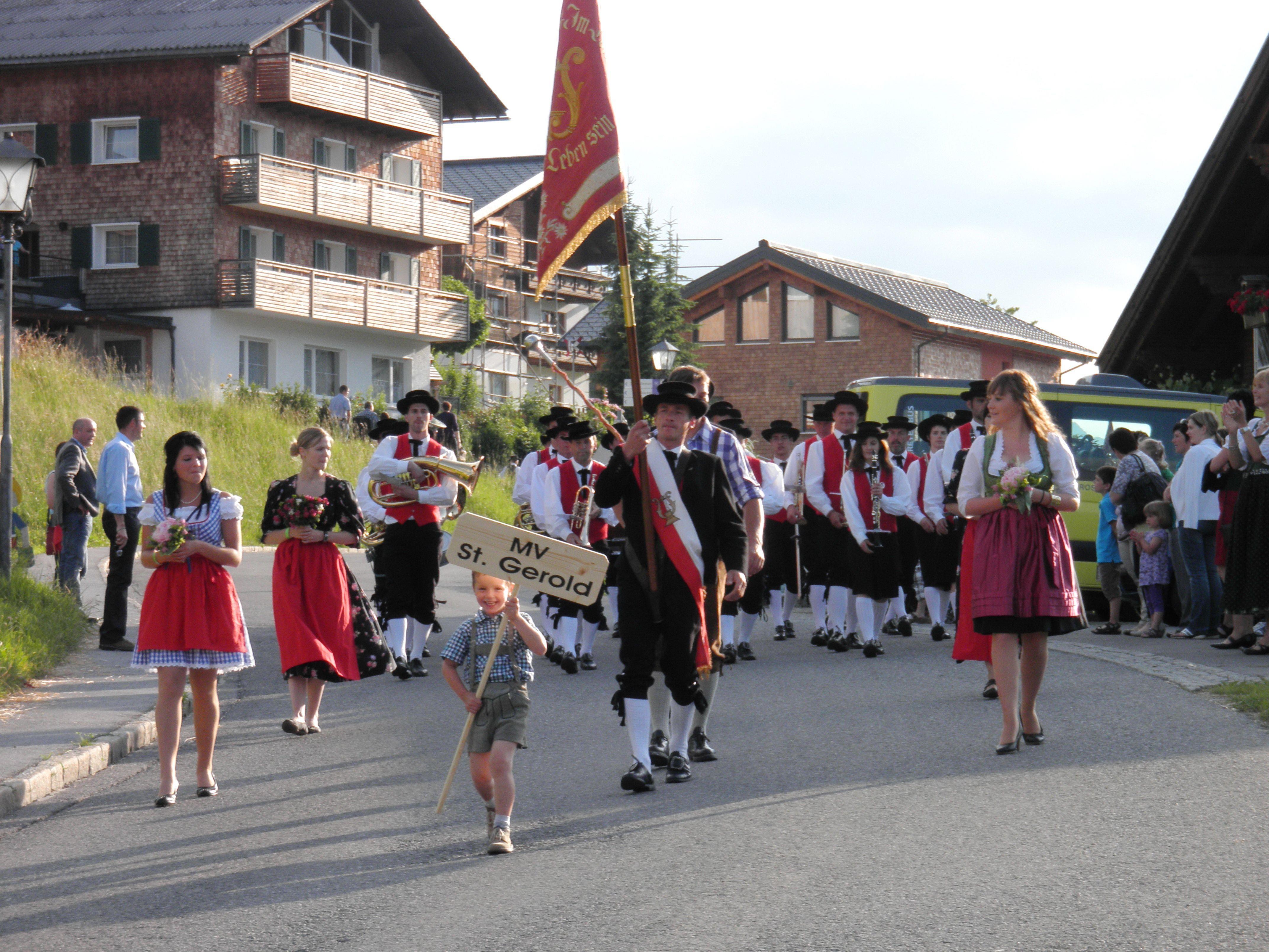 MV St.Gerold mit flotter Marschmusik unterwegs