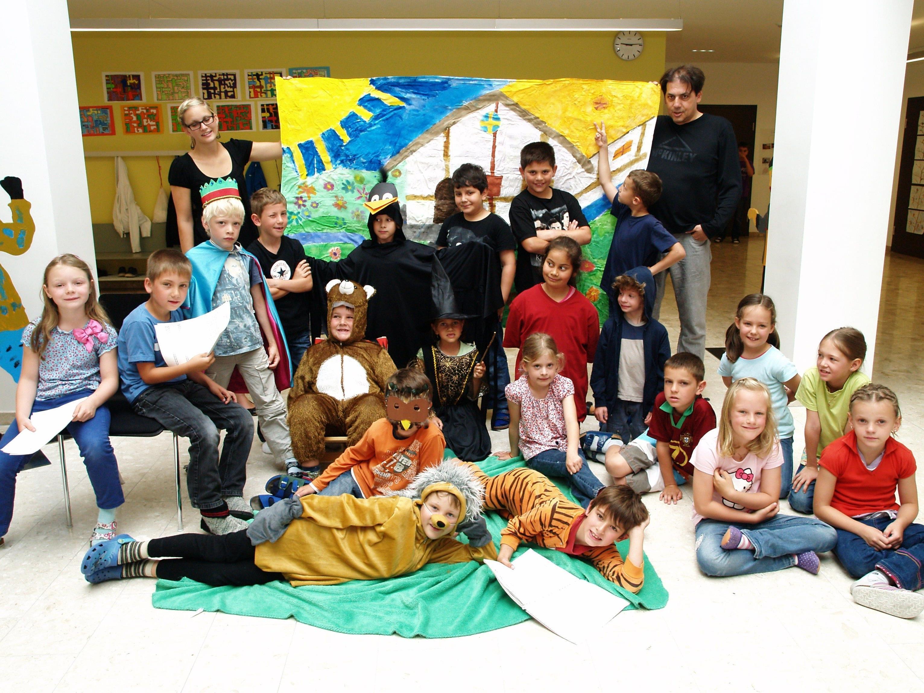 Theaterpädagoge Andreas Neusser erarbeitete mit den Schülern ein lustiges Stück.