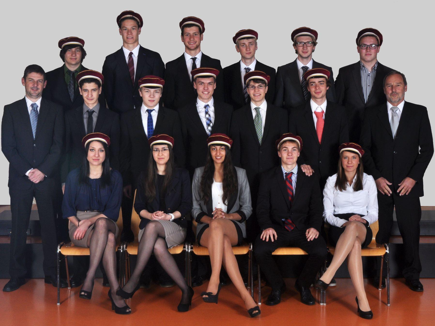 Die Maturaklasse mit Dir. Klemens Voit (rechts außen) und Klassenvorstand Prof. Klaus König (links außen)