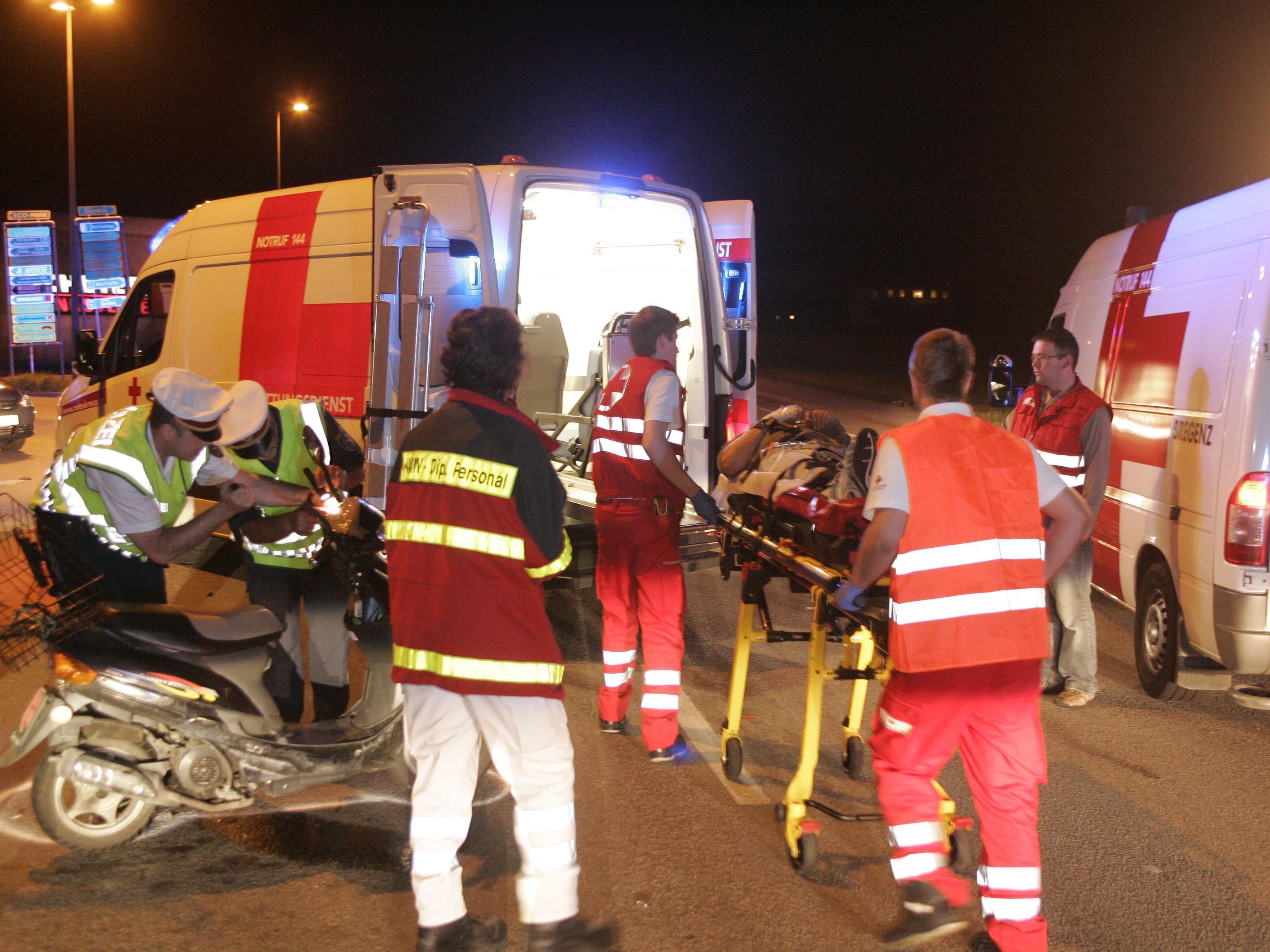 Die beiden verletzten Rollerfahrer wurden von der Rettung ins Krankenhaus gebracht.