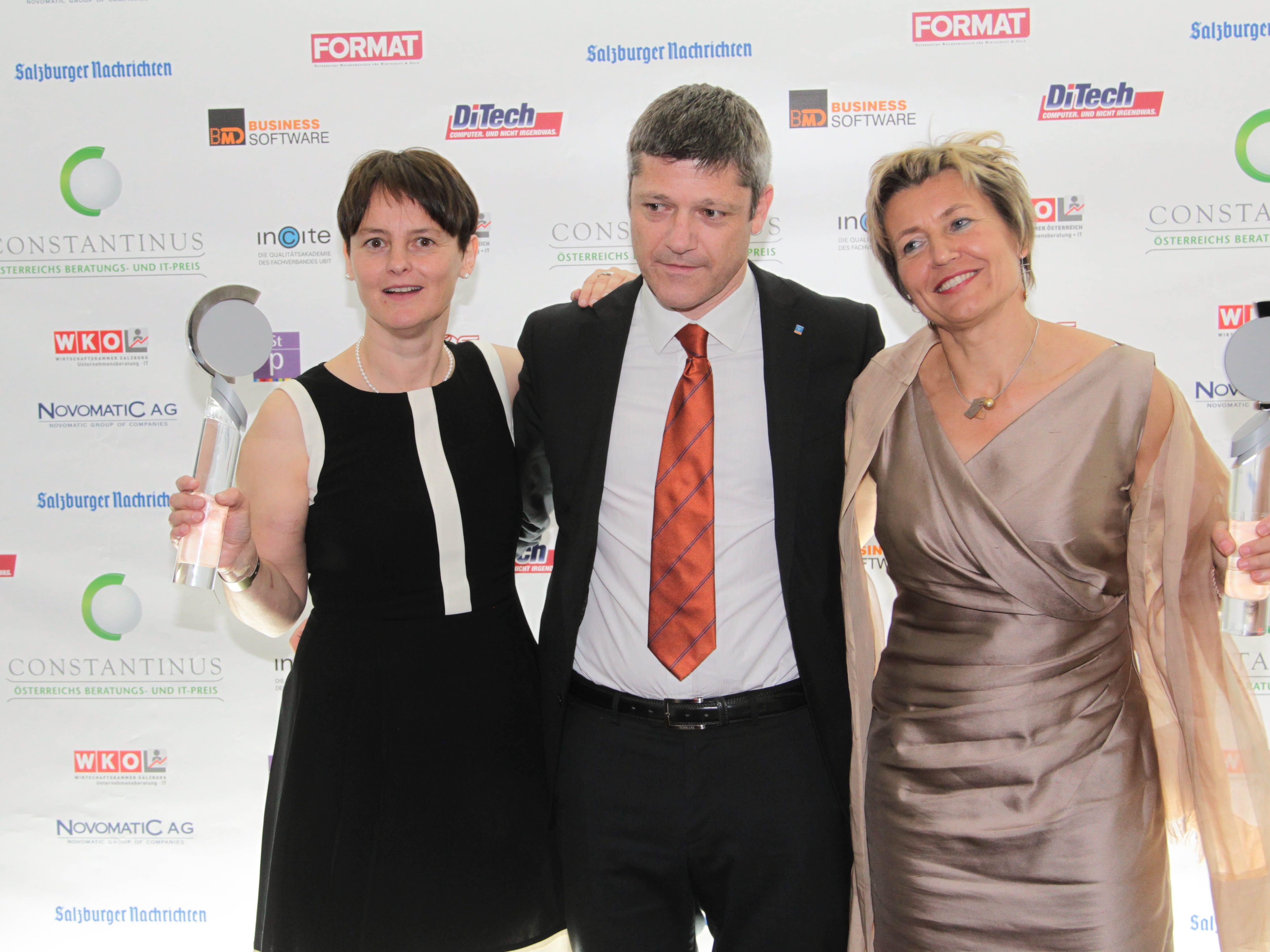 Die Preisträger Projektleiterin Silvia Lardschneider (l.), Mariano Paris von der Südtiroler Volksbank und Dr. Marianne Grobner.