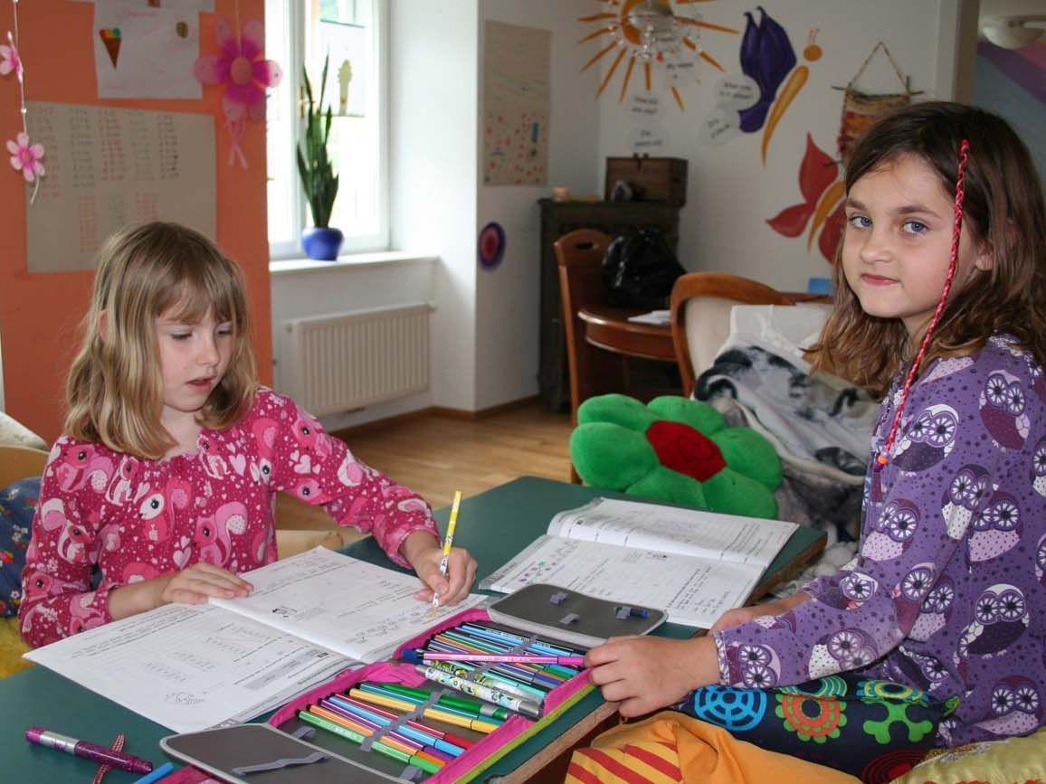 Fiona und Florine erarbeiten den Unterrichtsstoff in ihrem eigenen Lernrhythmus.