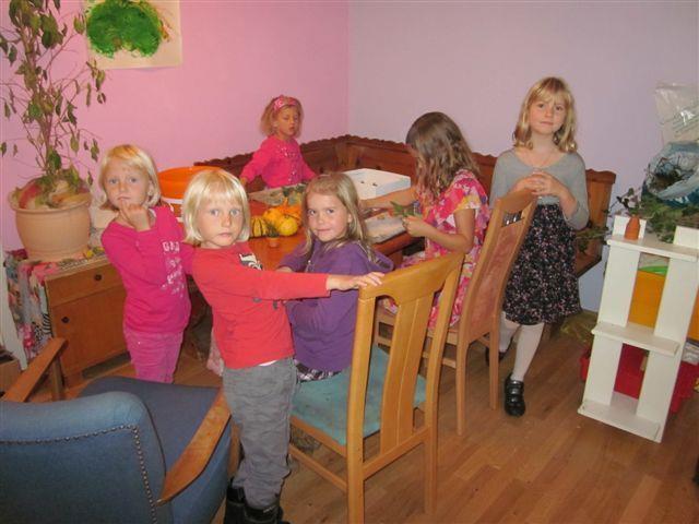 Kinder beim Basteln mit Kürbissen.