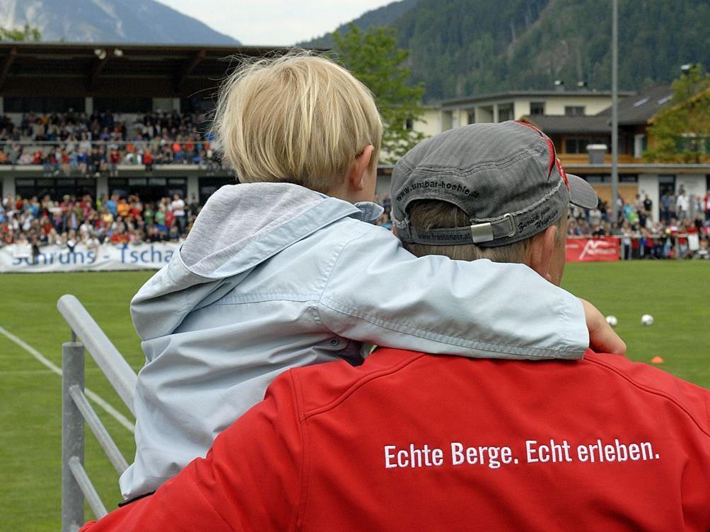 Vater und Sohn bei einer Trainingseinheit der spanischen Nationalmannschaft 2012 in Schruns.