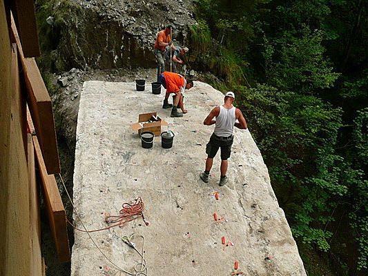 Die Vorbereitungen zur Sprengung der alten Brücke.