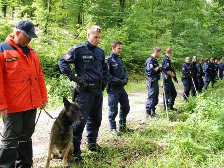 Polizisten und Spürhunde durchkämmten auf der Suche nach der Leiche von Heidrun W. den Wald