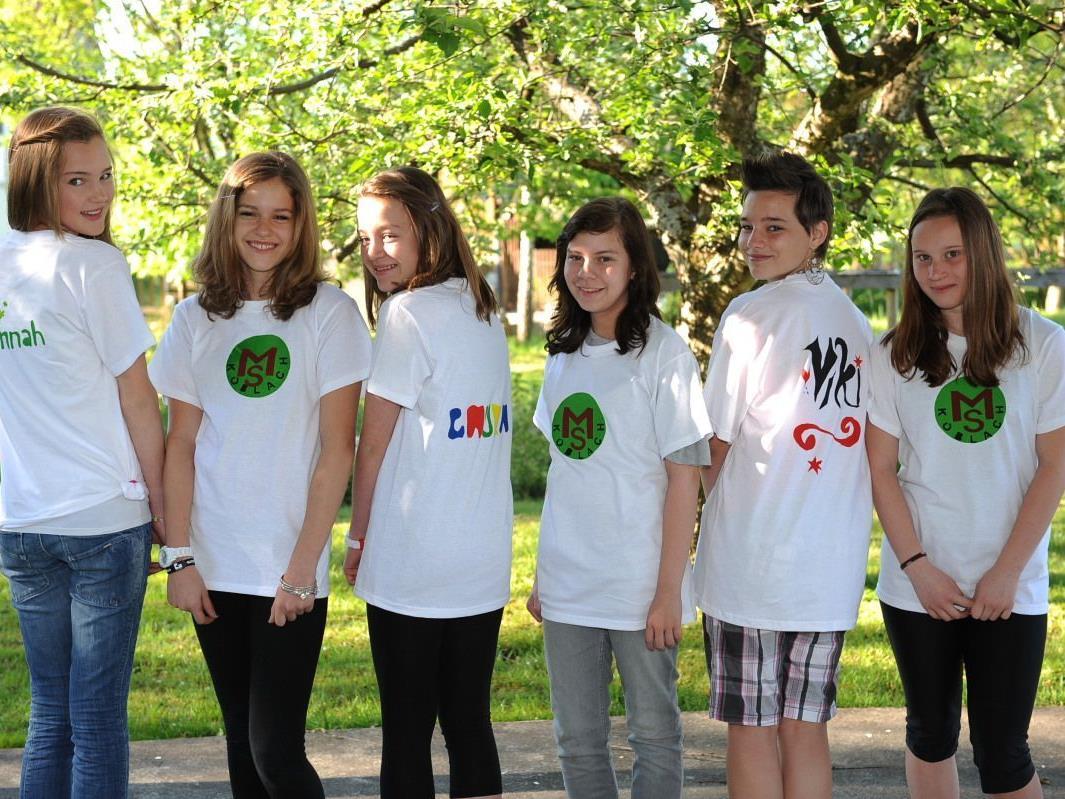 Die Schüler gestalteten schöne T-Shirts mit dem Logo der Schule und ihrem Namen.