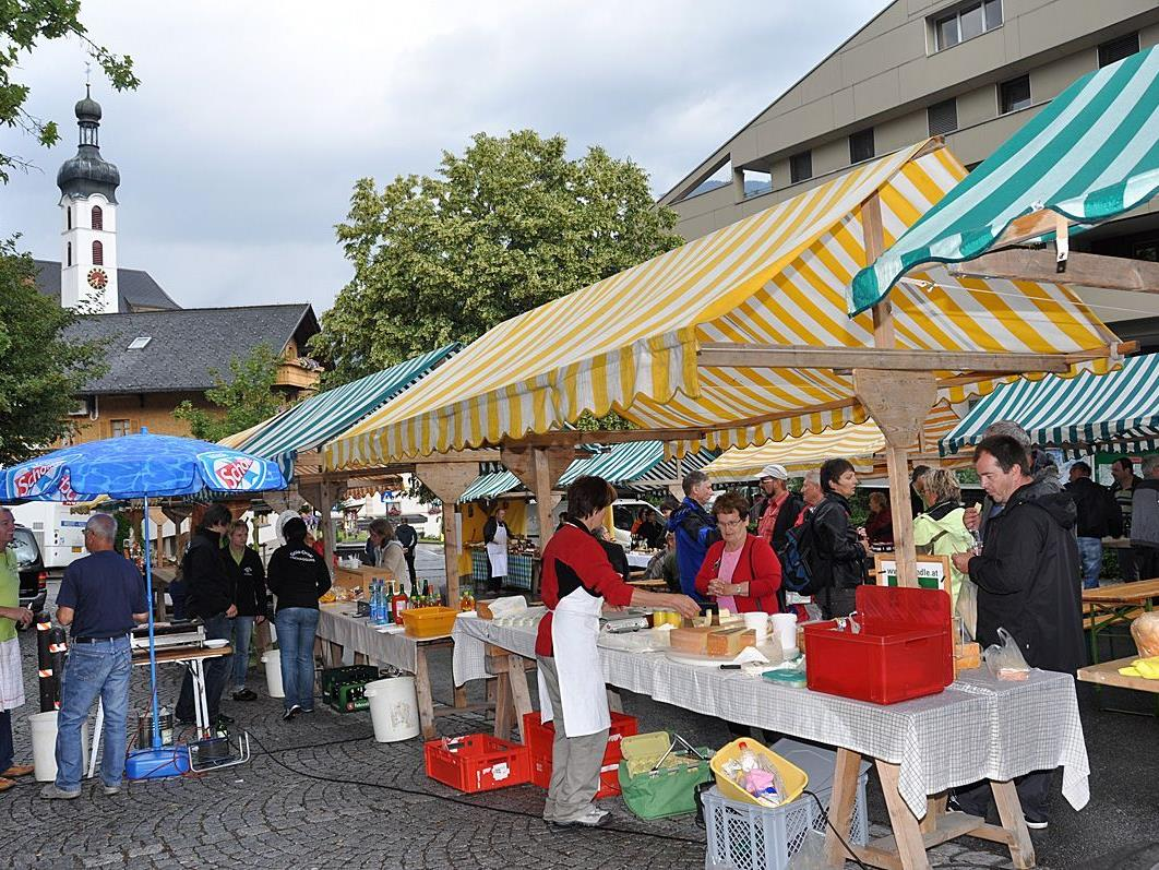 """Der Bauernmarkt wird auf dem Gemeindeparkplat vor der """"Alta Gme"""" in Tschagguns durchgeführt."""