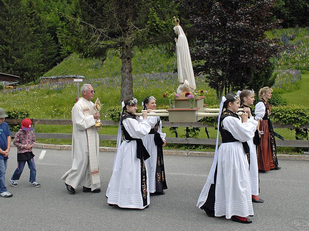 Bei der Prozession wurden die Monstranz und eine Marienstatue mitgetragen.