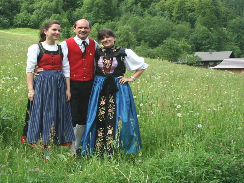 Die Trachtengruppe Silbertal präsentiert sich mit Freude beim Tag der Tracht.