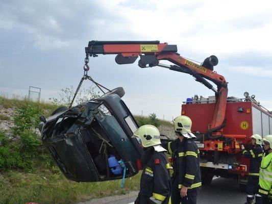 Nach dem Unfall in Wiener Neustadt musste die Feuerwehr den Pkw von der Straße bergen