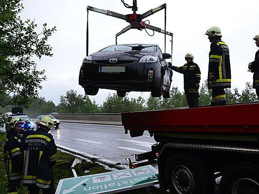 Bergung des Pkws nach dem Unfall auf der A2 in Neunkirchen