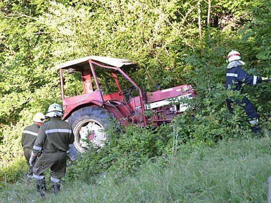 Die Feuerwehr beim Bergen des in Neunkirchen verunglückten Traktors