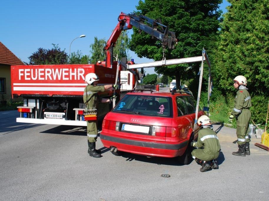 Eines der beteiligten Autos wird von der FF Föhrenau abgeschleppt