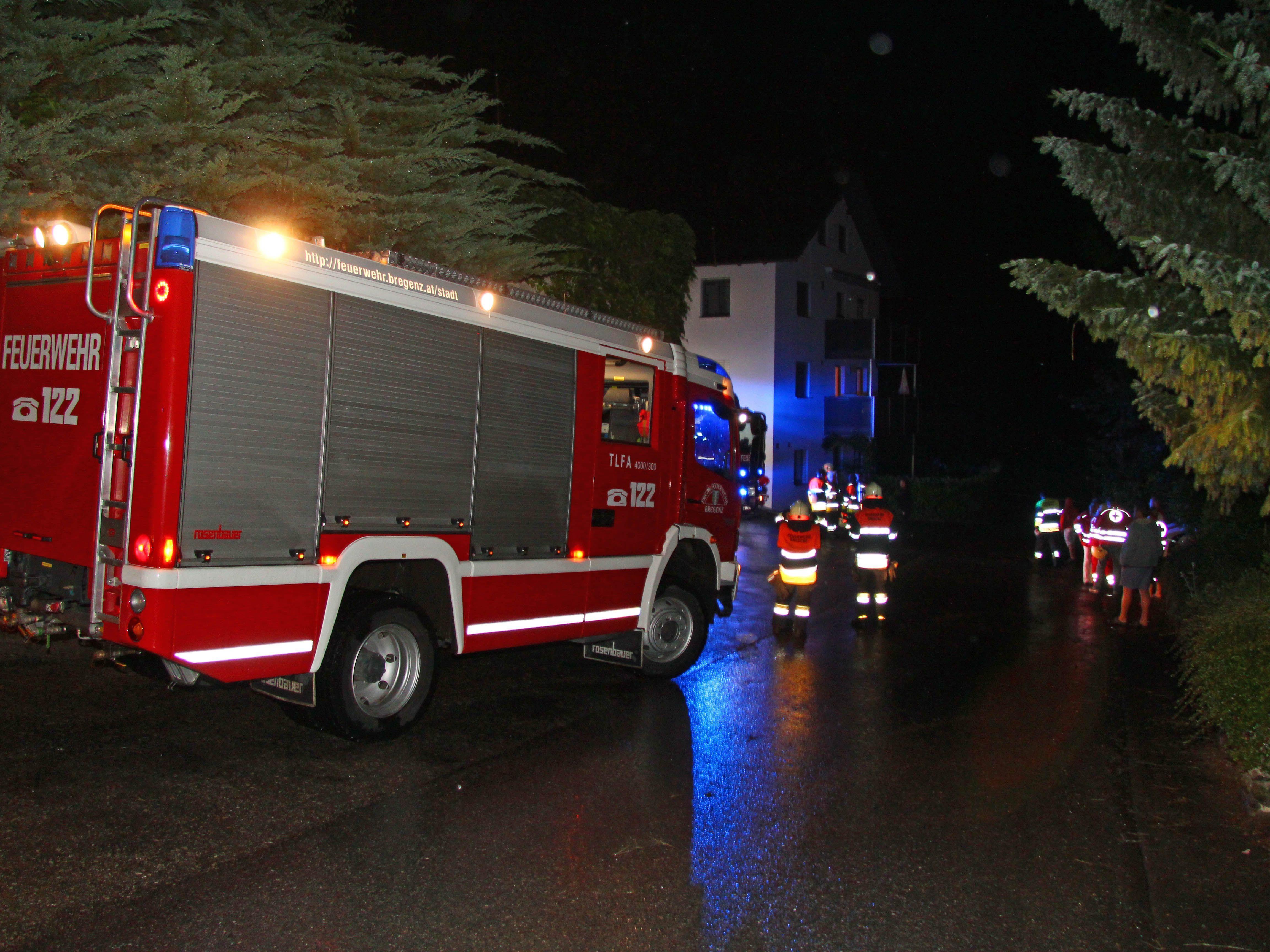 Dachstuhl eines Hauses fing nach Blitzeinschlag Feuer.