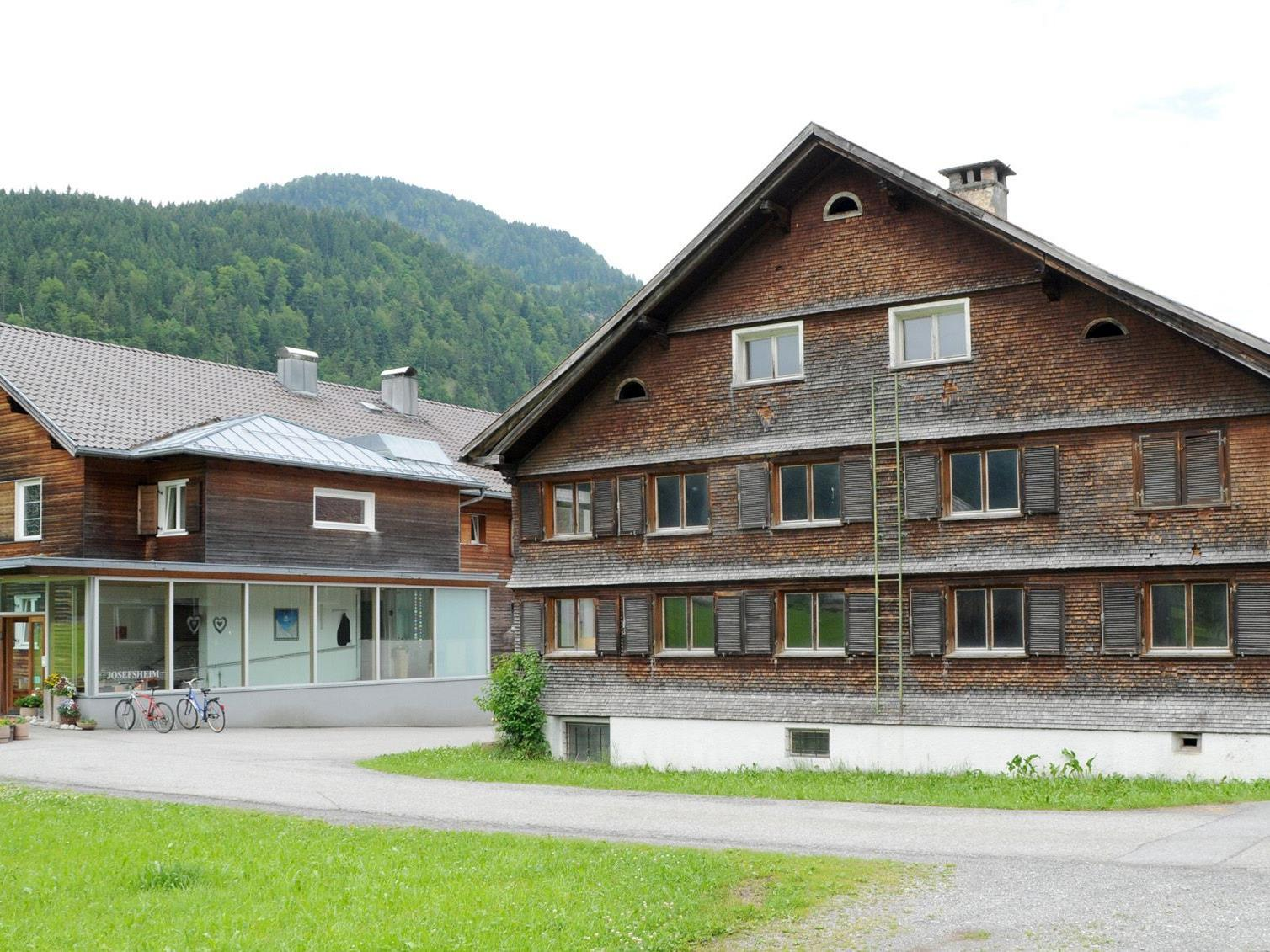 Anstelle des Hauses Nr. 122 errichtet Bizau einen Neubau für betreutes Wohnen. Links das Josefsheim