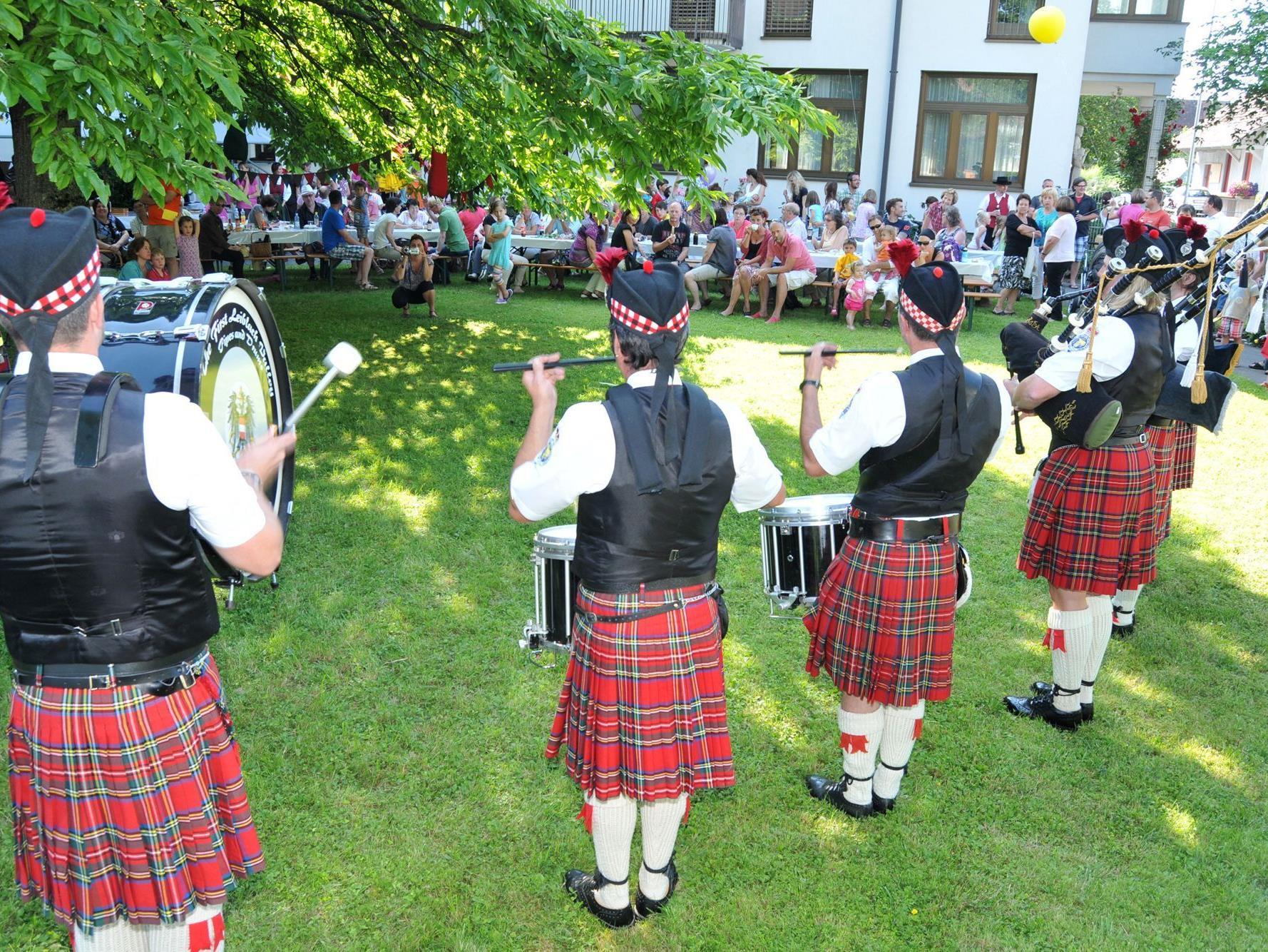 Beinahe echte schottische Pfeifer und Trommler beim Büchreifest in Gaißau