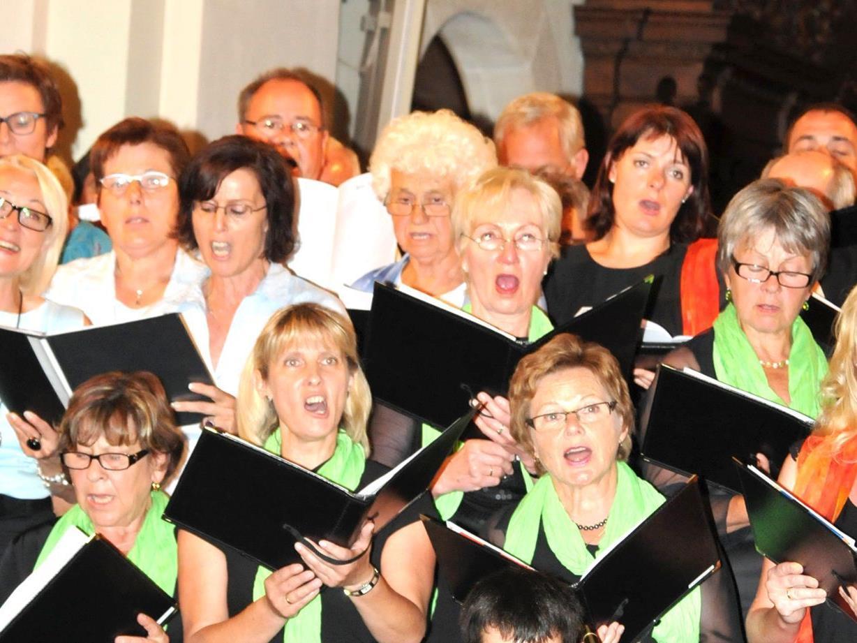 Fünf Chöre aus dem Rheindelta beim gemeinsamen Konzert in der Pfarrkircvhe von Höchst.