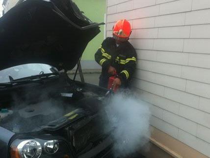 Nach dem Unfall im Bezirk Neunkirchen fing der Wagen bei der Bergung Feuer.