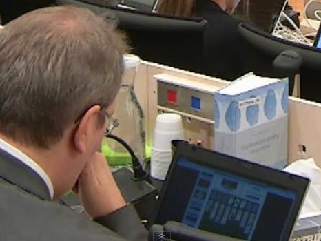Ein Foto zeigt den Laienrichter Ernst Henning Eielsen beim Solitaire-Spiel auf seinem Laptop.