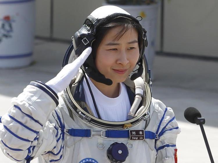 """Die """"Taikonautin"""" Liu ist eine von zwei Frauen, die für das chinesische Raumfahrtprogramm ausgewählt wurden."""