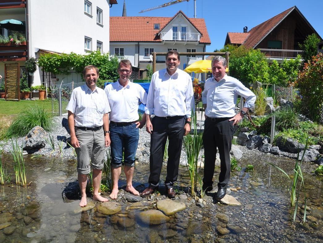 """GR Bildstein, LAbg. Kucera, Bgm Köhlmeier und LR Schwärzler """"testeten"""" die Bachtemperatur"""