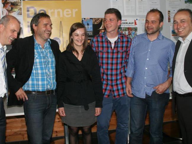 Dir. Kappaurer (l.) und Mag. Umlauft (r.) im Gespräch mit Josef Schneider (Gemeinde Bezau) und Marlene Berbig sowie Marcel Meusburger und Reinhard Troy (Brauerei Egg).