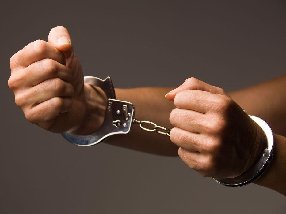 Der Mann soll seit dem Frühsommer 2011 vier ehemalige weibliche Häftlinge beziehungsweise Frauen von Häftlingen sexuell missbraucht haben.