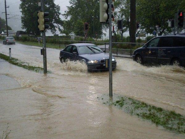 Große Wassermengen am Dienstag auf der B190 in Lochau.