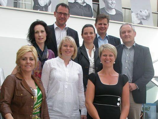 (v. links nach rechts) Dominique Sohm, Dagmar Rohm Pontoni, Mag. Markus Metzger (Geschäftsbereichsleiter), Karin Grabher, Evelyn Fritsch, MMag. Peter Vogler (Lehrgansleiter), Petra Meusburger, Mag. Michael Dünser (Prüfungsbeisitz)