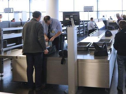 Insgesamt 15 Kilo Cannabisharz fanden die Beamten bei Gepäckkontrollen am Wiener Flughafen.