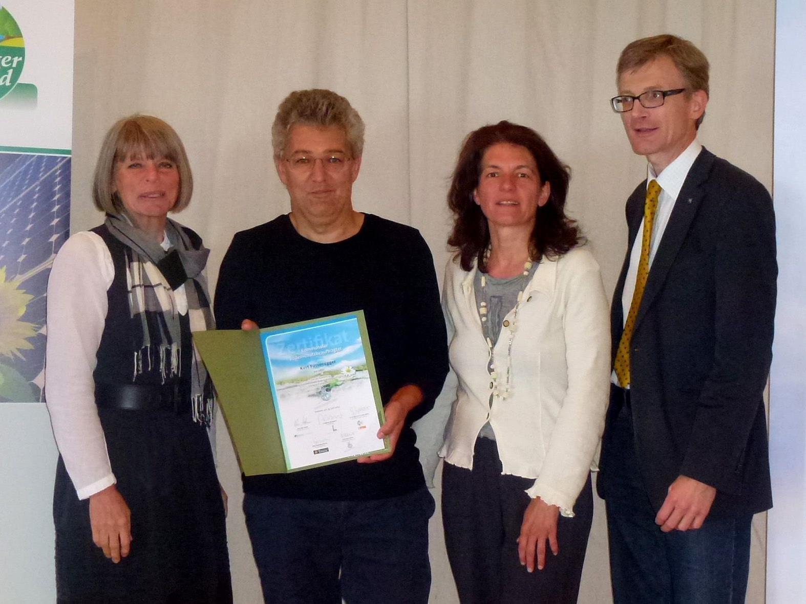 Bauamtsleiter Kurt Fussenegger wurde von Univ.Prof. DI Dr. Gerlind Weber (Universität für Bodenkultur Wien), DI Martina Nagl (Klimabündnis) und DI Christian Steiner (Vorstandsvorsitzender Europäisches Bodenbündnis, v.l.) ausgezeichnet.