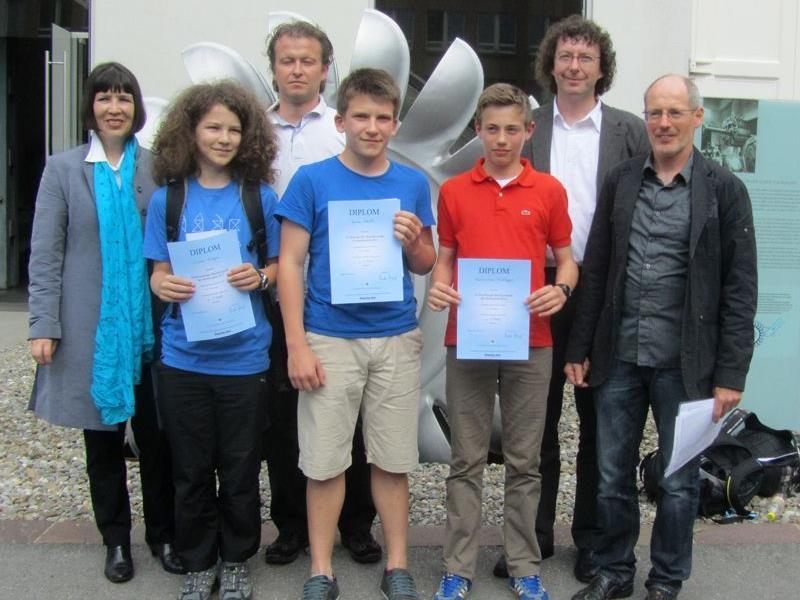 Die strahlenden Sieger mit ihren Lehrpersonen