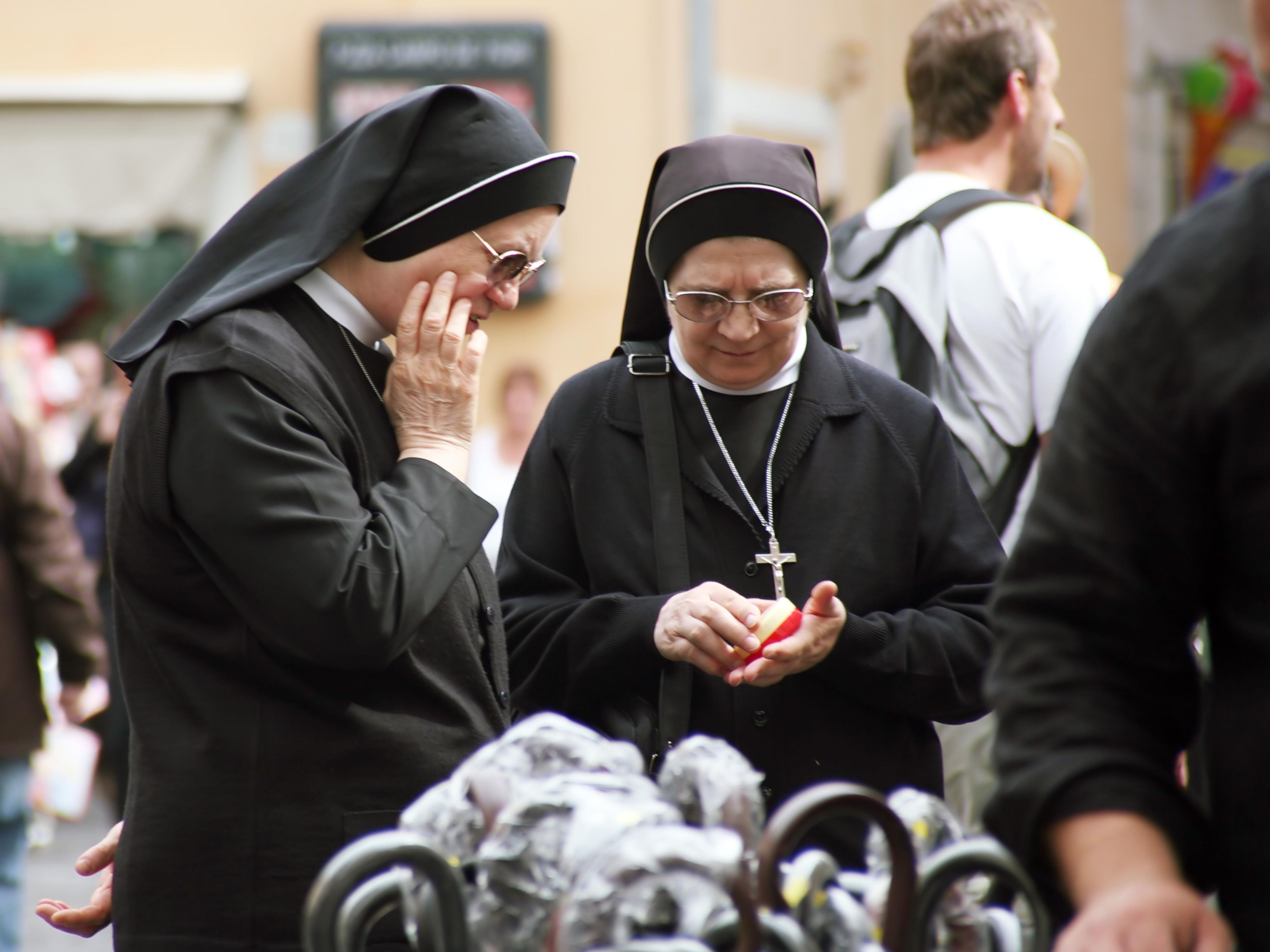 Eine Nonne wurde während der Zugfahrt von unbekannten Tätern bestohlen.