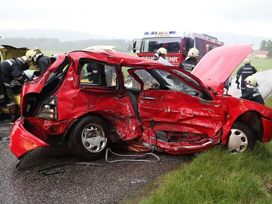 Bei einem Unfall in Lengau wurden zwei Menschen verletzt.