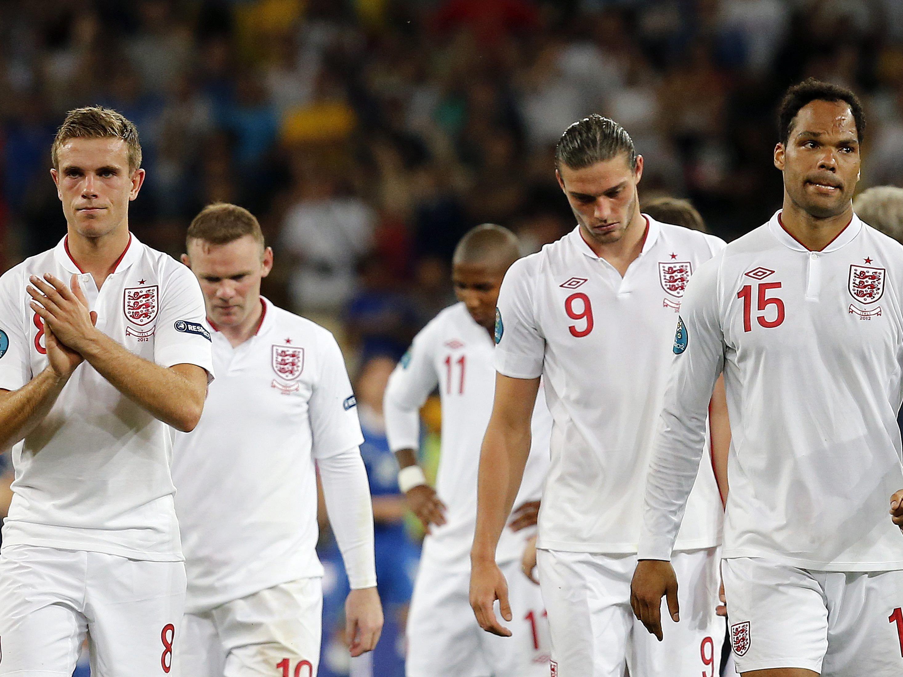 Wieder einmal hängende Köpfe bei den Engländern nach einem Elfmeterschießen.