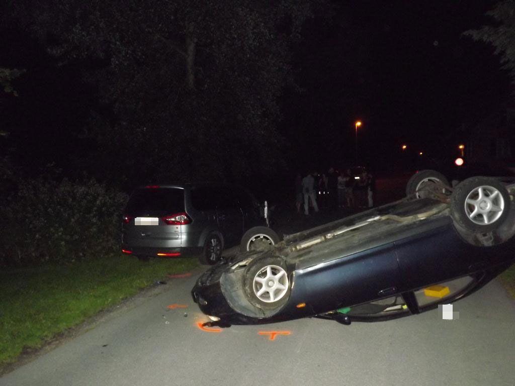 Der Pkw des 18-Jährigen landete nach einem Pkw-Überschlag auf dem Dach.