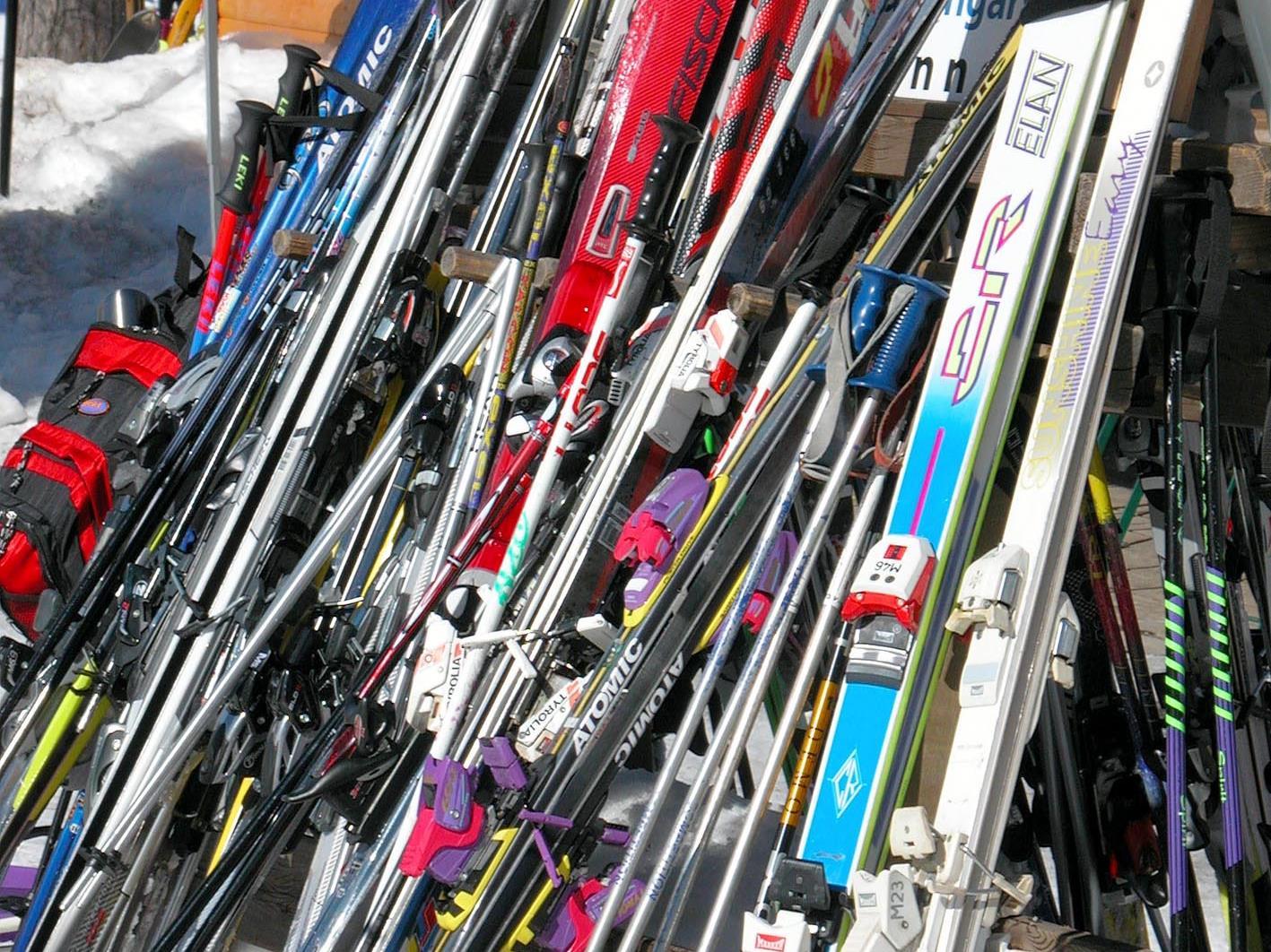 Die Diebe sollen 326 Paar Ski im Wert von rund 147.000 Euro in Oberösterreich gestohlen und in Tirol weiterverkauft haben.