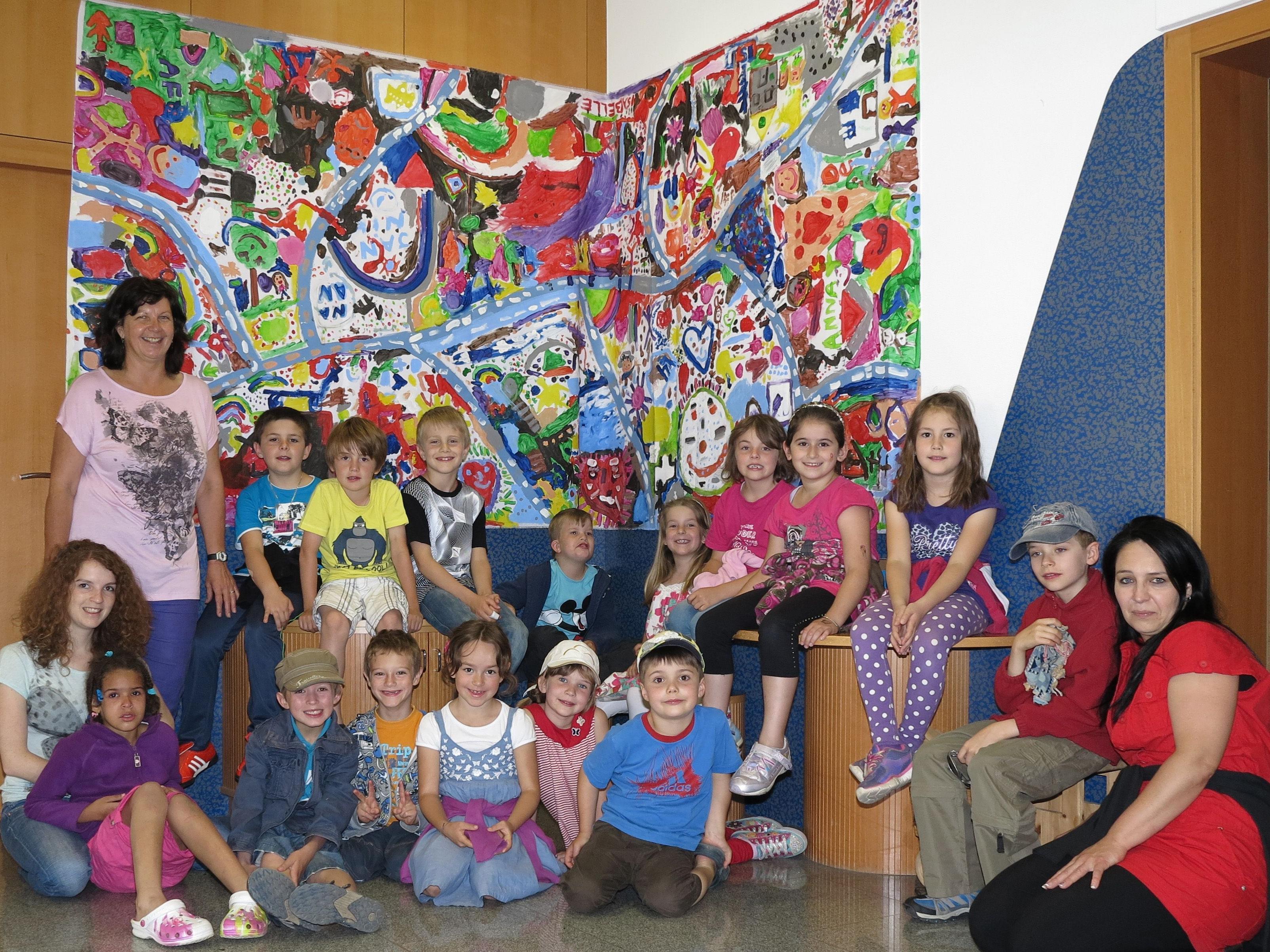 Nofler Volksschüler zeigen ihre Kunstwerke.