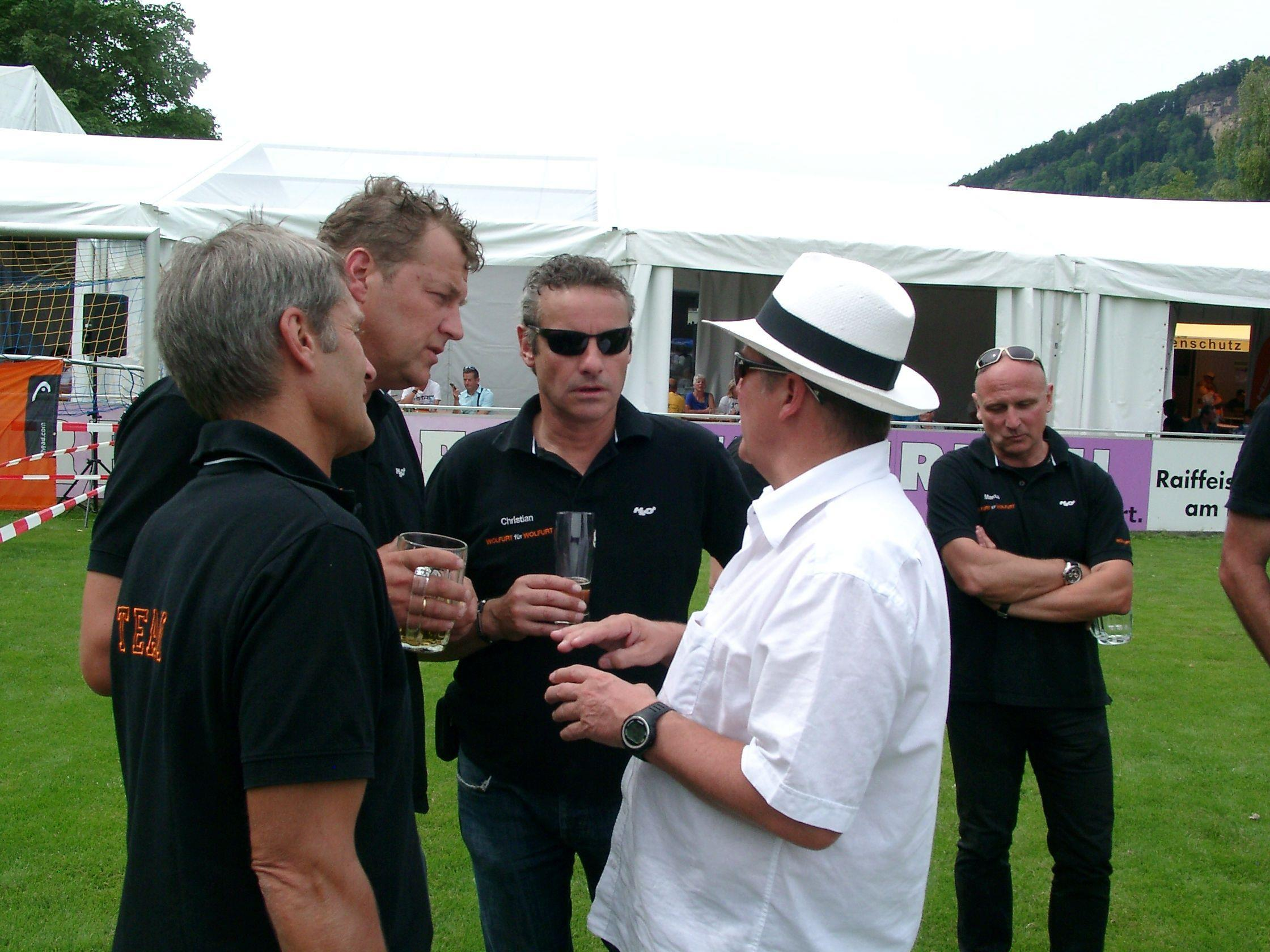 Bürgermeister Christian Natter mit OK-Mitgliedern im Smalltalk beim Wolfurter Stundenlauf.