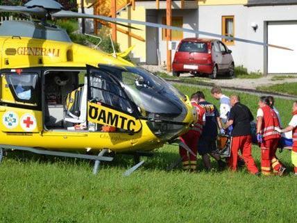 Der Motorradfahrer wurde bei dem Frontalzusammenstoß lebensgefährlich verletzt und musste ins Spital geflogen werden.