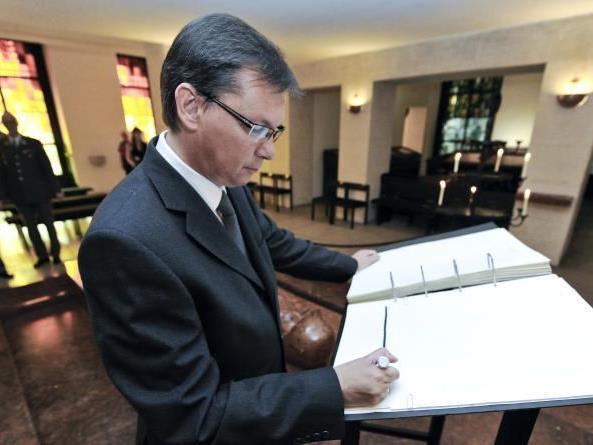 Verteidigungsminister Norbert Darabos hat am Sonntag, 17. Juni 2012, einen ersten symbolischen Akt zur Umgestaltung der Krypta am Wiener Burgtor gesetzt.