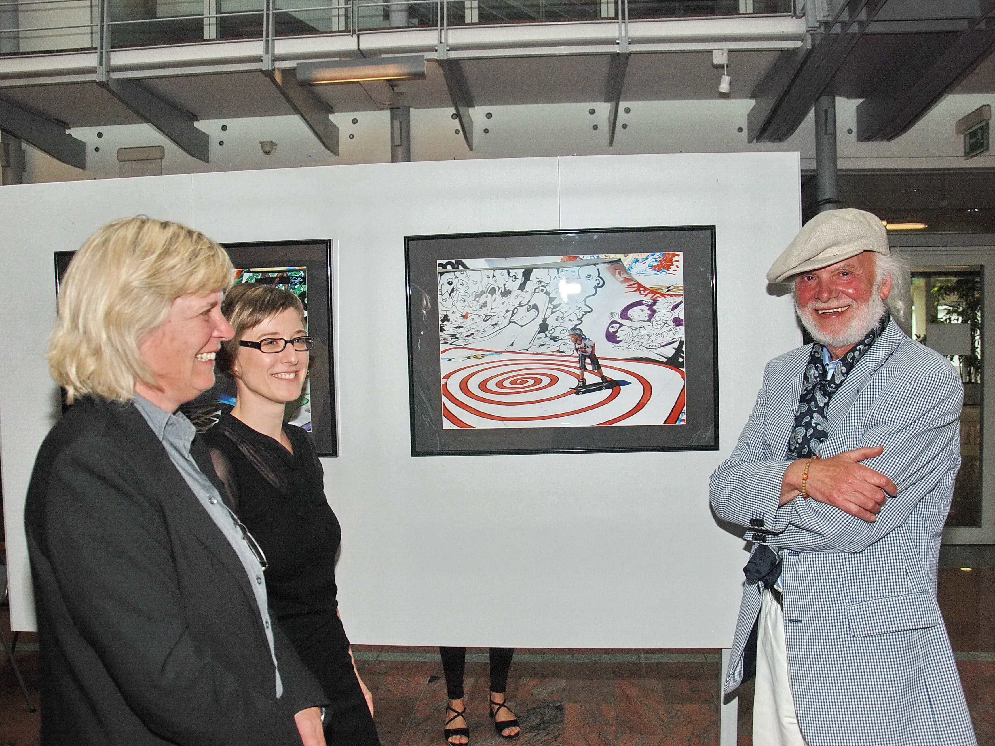 Dietmar Wanko bei Eröffnung seiner Schau mit Romagna Miessgang und Nicole Ohneberg.