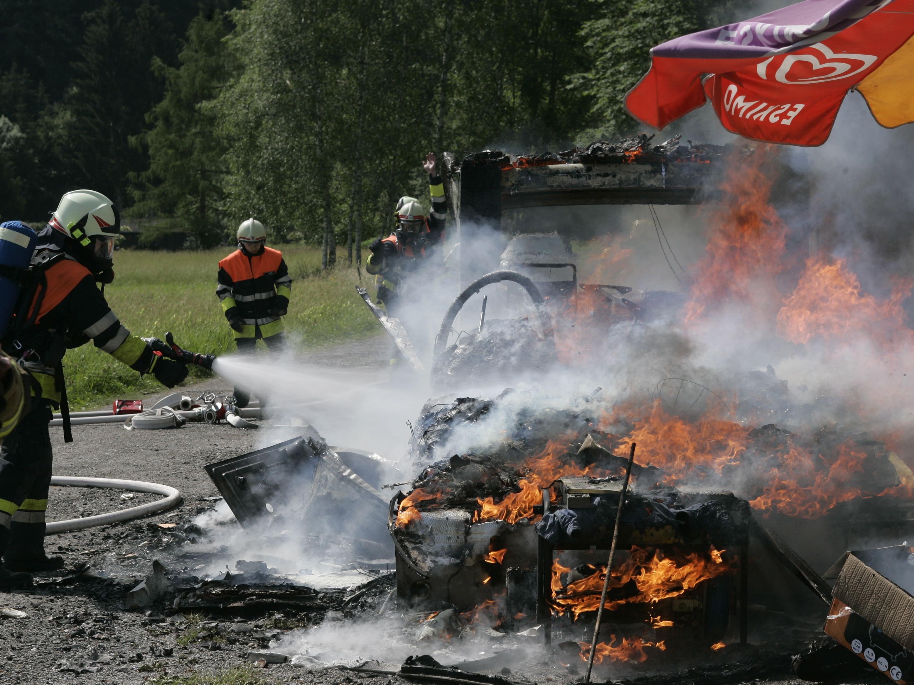 Zwei Wohnwagen und ein Motorboot standen in Flammen.