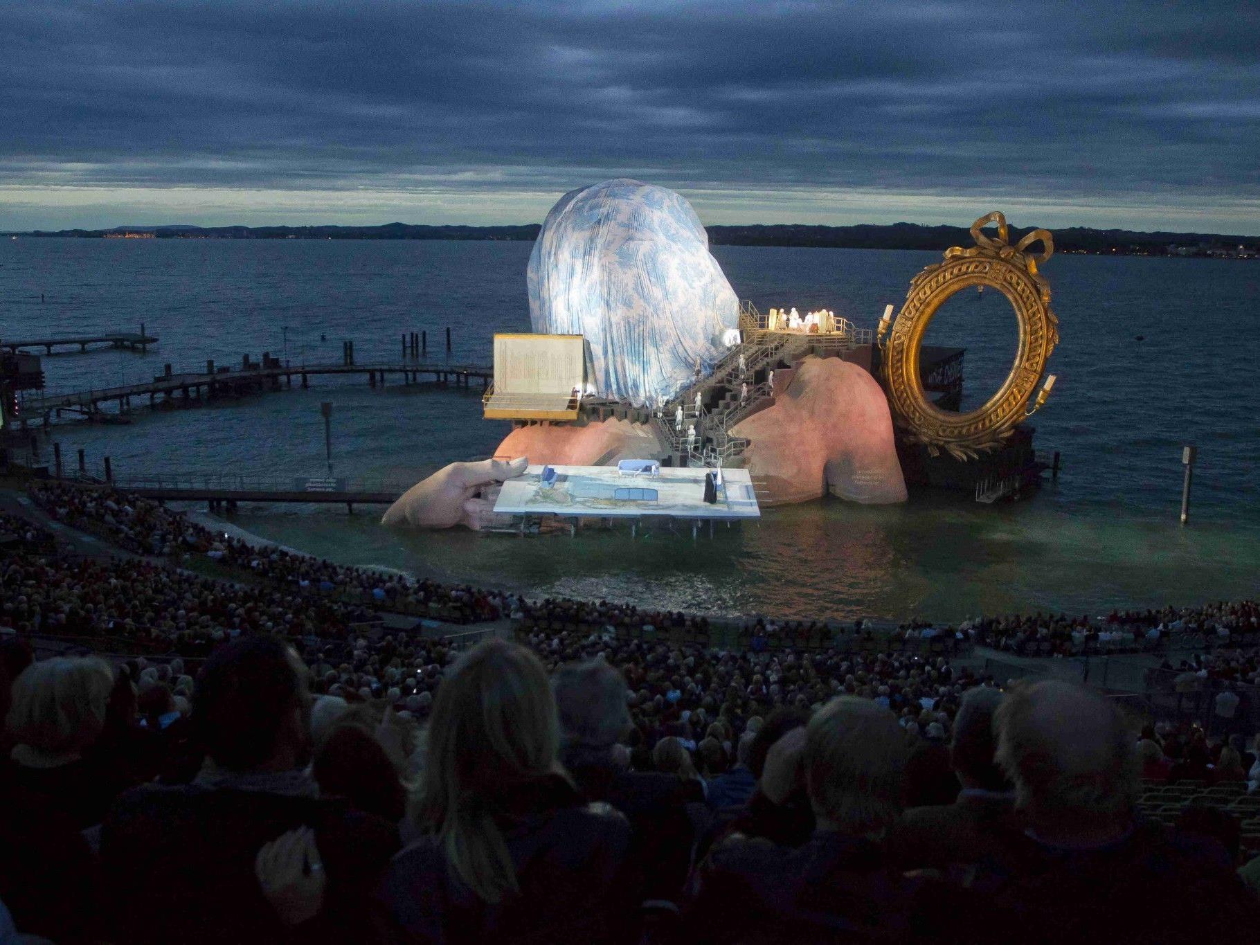"""Starker Regen machte """"Andre Chenier""""-Aufführung auf der Seebühne unmöglich."""