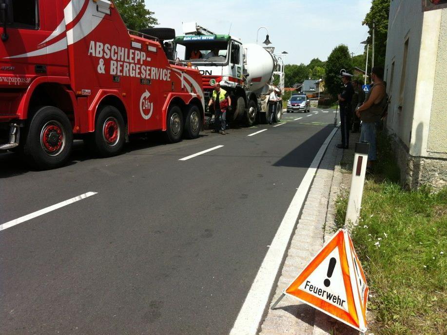 Bei dem Unfall wurden zwei Menschen verletzt, eine davon schwer.