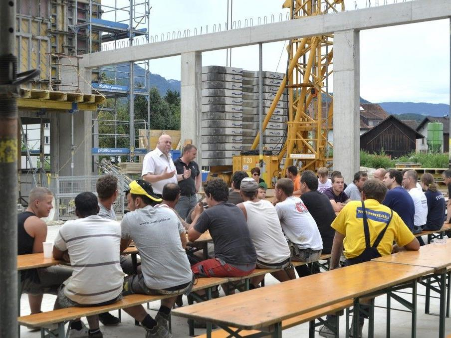 Bürgermeister Thomas Pinter lobt die Arbeit der Baucrew.